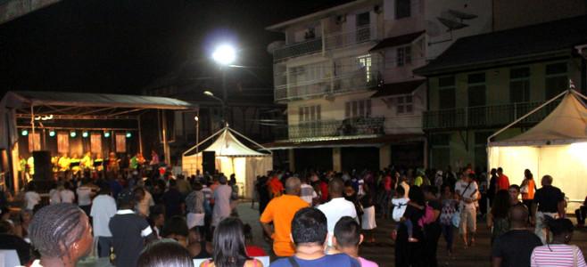 Un marché nocturne sous le signe du carnaval