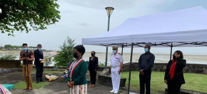 Le Maire de la Ville de Cayenne devant le monument des chaines brisées